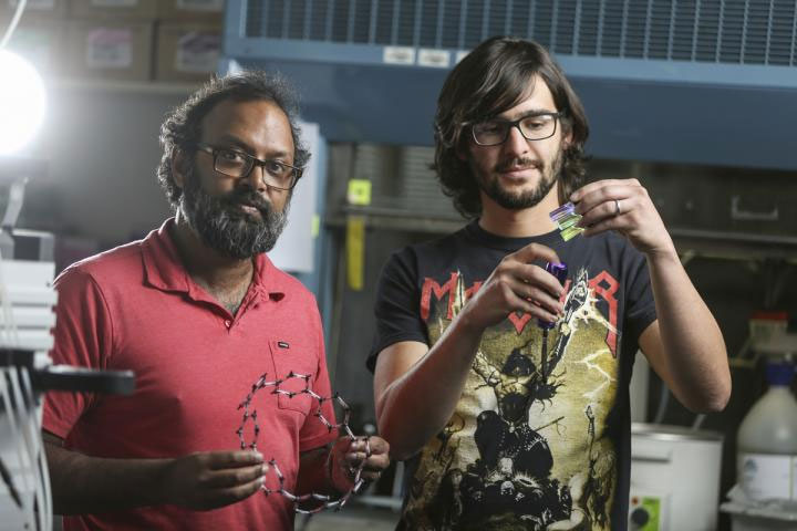 Рамеш Джасти (на фото слева)
